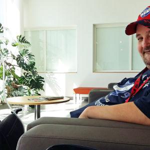 Miika Kokkonen sairaalan odotustilassa sydänapupumppukärryn kanssa