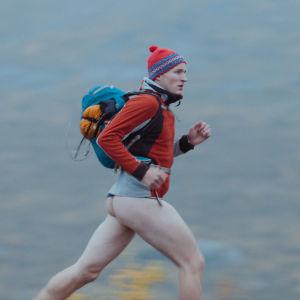 Ole Giæver springer med rumpan bar i de norska fjällen