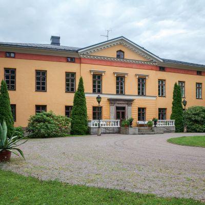 Wiurilan kartanon päärakennuksen arkkitehti on Carlo Bassi. Se rakennettiin 1806-1811.