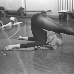 kvinna jogar 1.1.1960