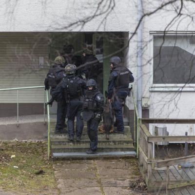 Poliiseja rynnäkövarusteissa