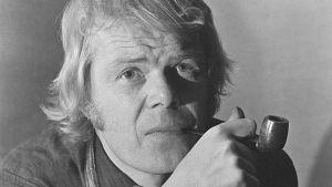 Lasse Mårtenson polttaa piippua vuonna 1973.