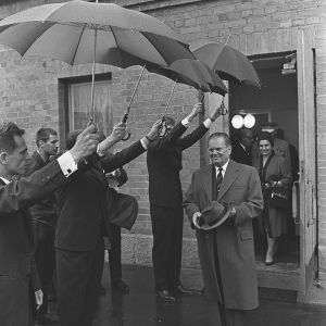 Josip Broz ja Jovanka Tito astuvat ulos talosta Suomen vierailullaan 1964