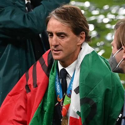 Roberto Mancini talar med kollegor.