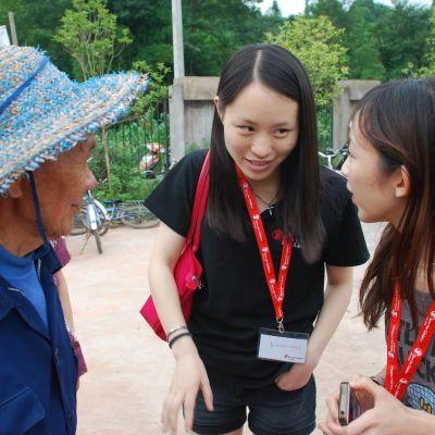 Wang Shuyan (i mitten) diskuterar med en kollega från Rädda barnen i Kina och en jordbrukare i en by i bergen i det sydvästliga landskapet Sichuan.