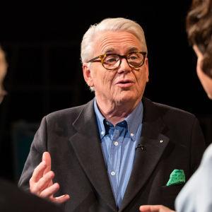 Lasse Lehtinen puhuu Seppo Hoville ja Anna-Liisa Tilukselle