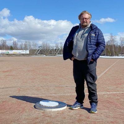 Janne Anttila seisoo Simon pesäpallokentällä