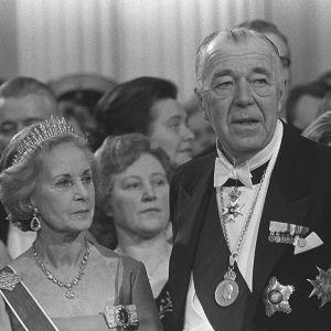 Prinsessan Lilian och prins Bertil i presidentens slott 1977.