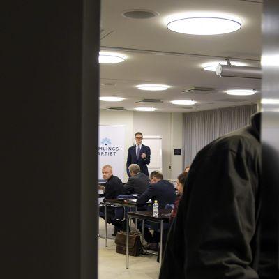 Alexander Stubb eduskunnassa 7. marraskuuta 2015, jossa Kokoomuksen eduskuntaryhmä kokoontui käsittelemään sote-kiistaa.