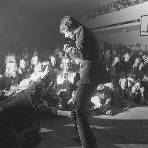 Kirka esiintymässä yleisölle liikuntasalissa (1960-luku)