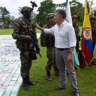 Kolumbian presidentti Juan Manuel Santos onnittelee huiman kokaiinitakavarikon tehnyttä poliisia. Presidentti vieraili Apartadossa, Antioquian departementissa 8.11. 2017.