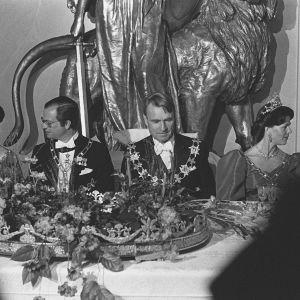 Tellervo Koivisto, kuningas Kaarle XVI Kustaa, kuningatar Silvia ja presidentti Mauno Koivisto illallispöydässä Presidentinlinnassa