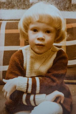 En 3-årig Maria Turtschaninoff iklädd ylletröja.