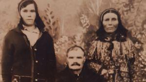 perheen tytär, isä ja äiti potretissa