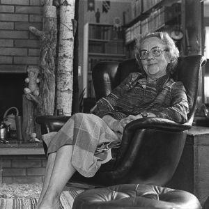 Kirjailija Aino Räsänen kotonaan (1981).