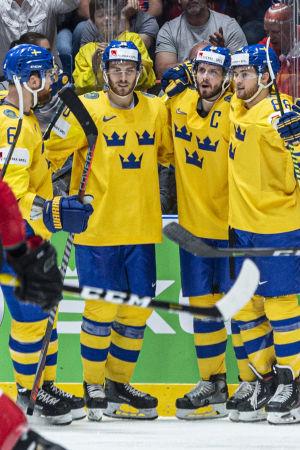 Sverige firar mål mot Schweiz.