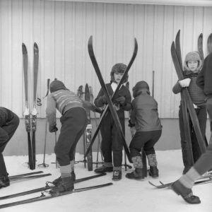 Poikia lähdössä hiihtämään vuonna 1950.