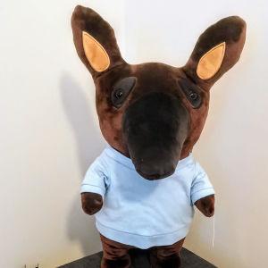 En tapirmaskot iklädd en vit tröja.