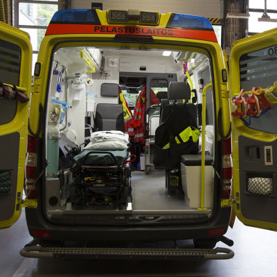 Ambulans med bakdörren öppen.