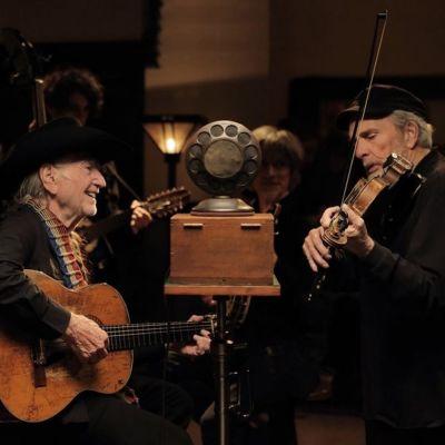 Wliie Nelson ja Merle Haggard studiossa musiikkidokumentissa The American Epic Sessions.