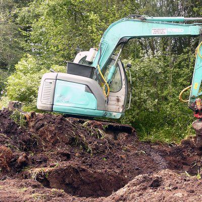 Kaivinkone kaivaa uomaa sähkömaakaapelille