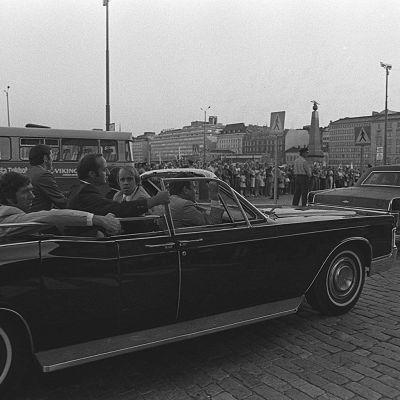 Yhdysvaltojen presidentti Gerald Fordin turvamiehet avoautossa Pohjois-Esplanadilla 1975.