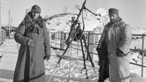 En tysk och en finsk soldat nära Hangö hamn 1942.