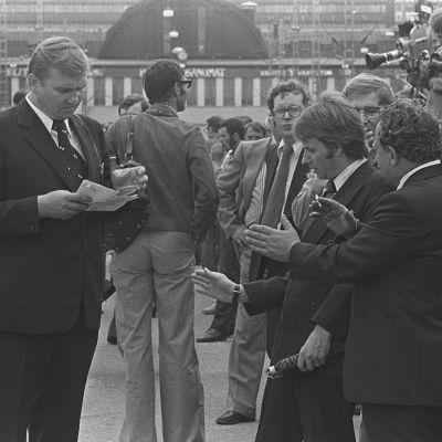 Neuvostoliiton pääministeri Leonid Brezhnev saapuu Helsingin rautatieasemalle, ulkoministeriön lehdistöpäällikkö Reino Paasilinna selvittää toimittajien ja turvamiesten kanssa asemalaiturilla tiedotustilaisuuden järjestelyjä.