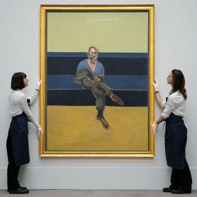 Sothebyn huutokauppakamarin työntekijät pitelivät Francis Baconin Study of a Portait of PL -teosta, joka oli myynnissä Sothebysilla huhtikuussa 2013.