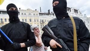 Beväpnade män som tillhör Azov