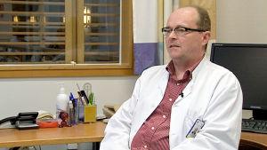 Professori Johannes Savolainen haastattelukuvassa.