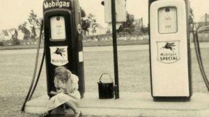 Författaren Agneta Pelijel sitter som ung på en bensinstation med en bok uppslagen i knät och läser.