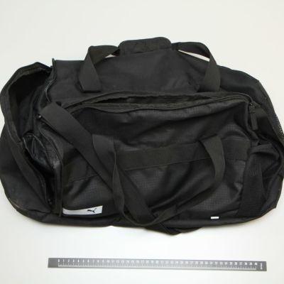 En svart sportväska.