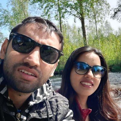 Pawan Aryal ja Suna Phuyal Aryal kosken rannalla.