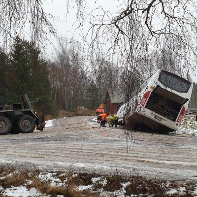 En skolbuss åkte ner i diket i korsningen av Slompvägen och Kalvholmsvägen i Korsholm.