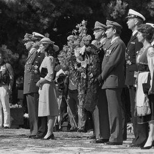 Ruotsin kuningas Kaarle XVI Kustaa ja kuningatar Silvia sankarihaudalla Hietaniemessä