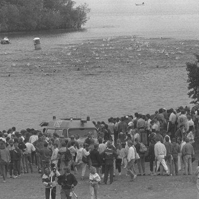 Triathlonin EM-kilpailut Joroisissa 1987. Uimarit vedessä, yleisöä rannalla.