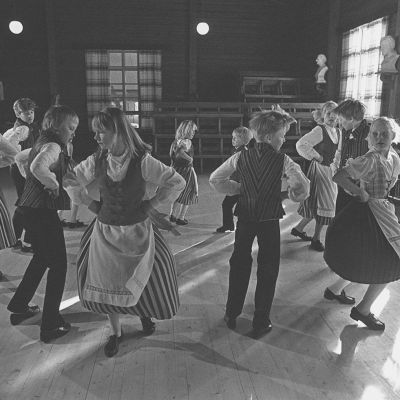 Kansantanssi, tanhu, kansantanhu. Nuorisoseuran lapset harjoittelevat  kansantansseja. Kansallispukuiset lapset tanssivat. Lasten harrastukset. Hyrylä, Tuusula.