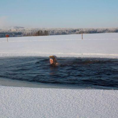Ihminen ui avannossa Jyväskylän Tuomiojärvessä.
