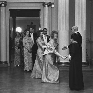 Presidentparet Urho och Sylvi Kekkonen hälsar på gäster i presidentens slott 1964.