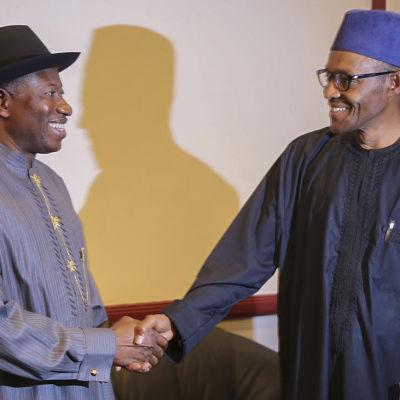 Presidentvalskandidaterna Goodluck Jonathan (till vänster) och Muhammadu Buhari i Nigeria den 27 mars.