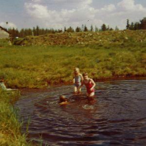 Paula Huhtanen sisaruksineen uimassa Kittilän Särestöniemessä 1973.