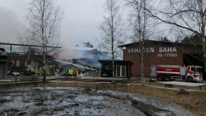 Fabriksbyggnad i Salo brinner.