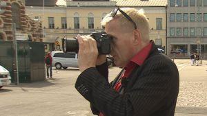 Jussi ottaa kuvaa uudella järjestelmäkameralla.