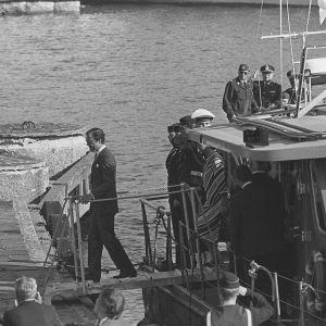 Ruotsin kuningas Kaarle XVI Kustaa ja kuningatar Silvia astuvat laivasta Suomenlinnassa