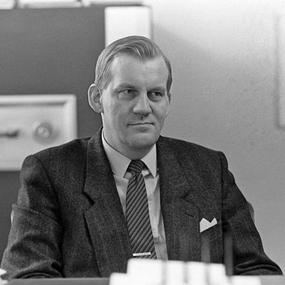 Suojelupoliisin päällikkö Seppo Tiitinen työhuoneessaan.