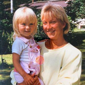 Barndomsbild på ryttaren Stella Hagelstam och hennes mamma Heidi Hagelstam.
