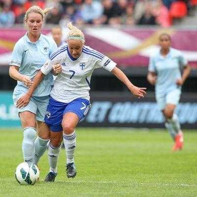 Annika Kukkonen taistelee pallosta.
