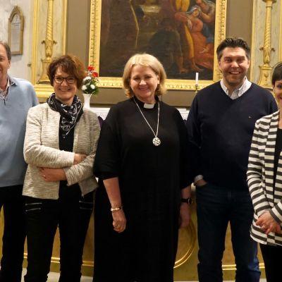 Sam Lindén, Gerd Lindén, Ann-Mari Audas-Willman, Tom Ingvesgård och Nanna Rosengård  framför altaret i Närpes kyrka.