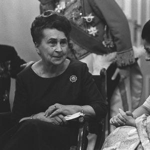 Sylvi Kekkonen och den japanska ambassadörens hustru i presidentslottet i början av 1960-talet.